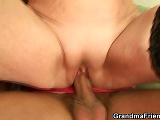 Old slut getting filled with two dicks